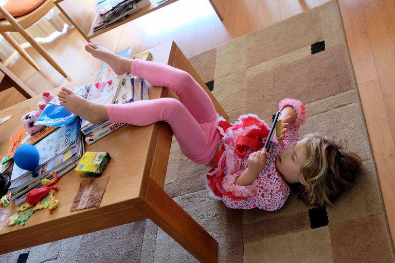 Cuarentena: cómo evitar que las pantallas atrapen todo el día a los chicos