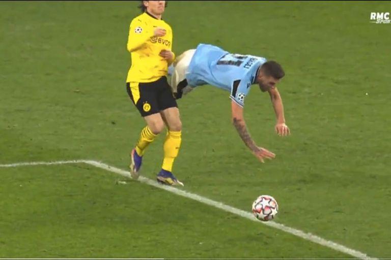 Sergej Milinkovic-Savic, de Lazio, cae ante la marca de Nico Schulz, de Borussia Dortmund. El árbitro español sancionará penal. Y Ciro Immobile anotará el gol del 1-1 entre ambos equipos.