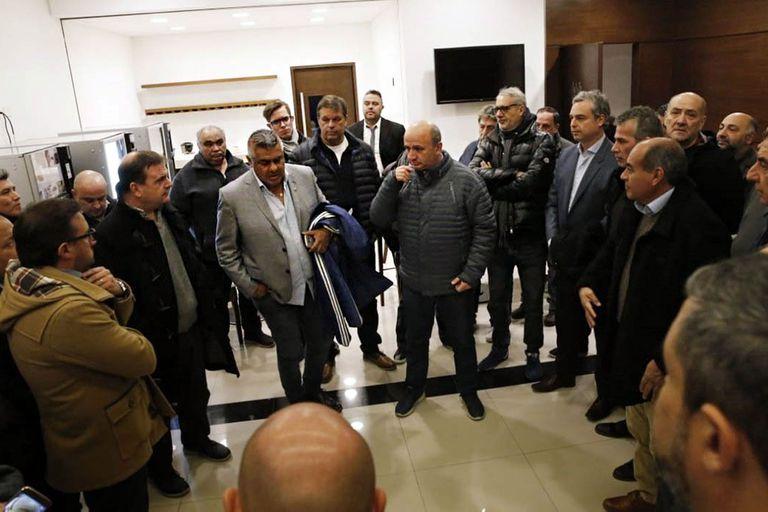 La gente no lo quiere, pero los dirigentes blindan a Claudio Chiqui Tapia
