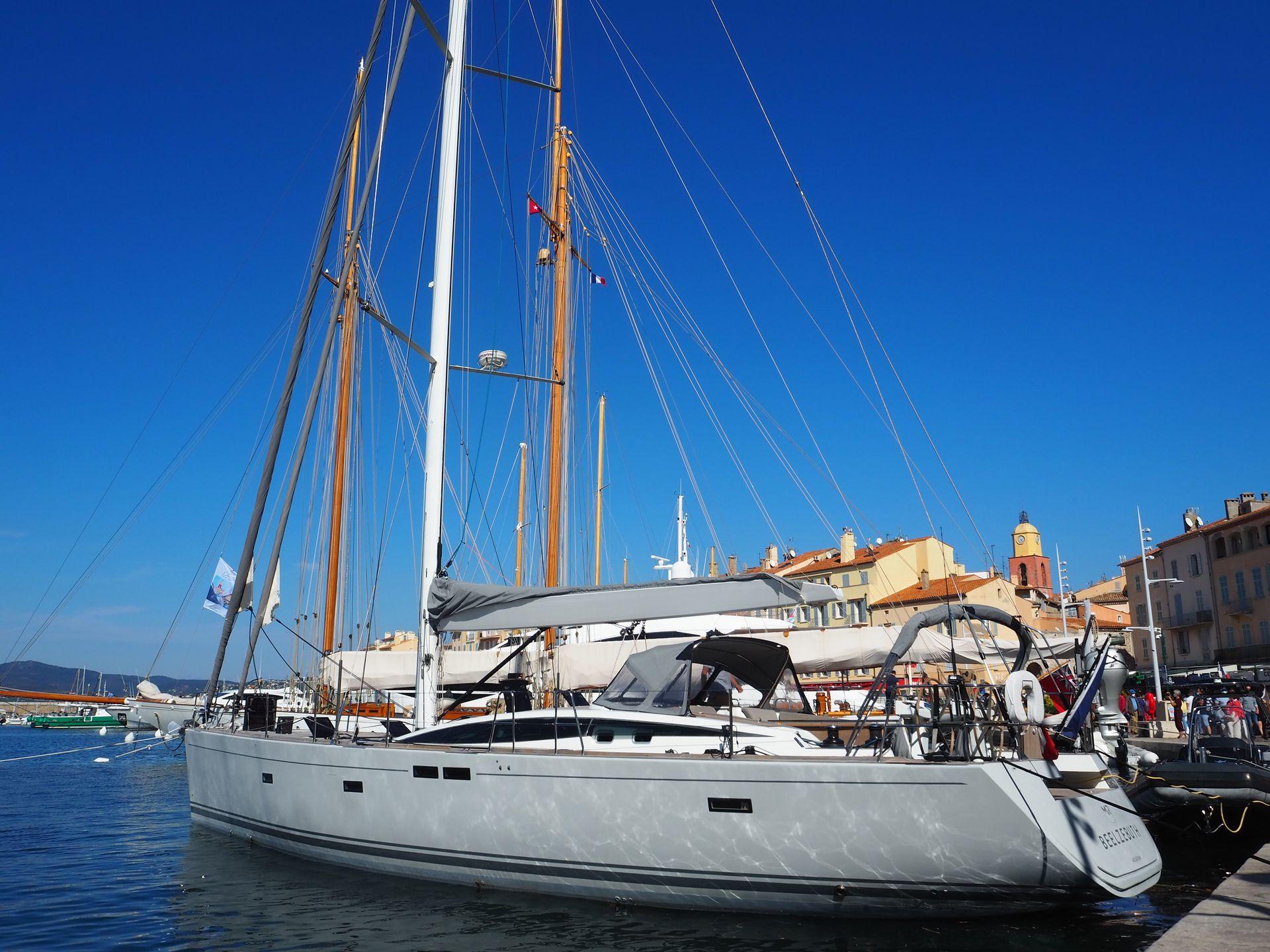Entre otras comodidades y prestaciones, el yacht de luxe tiene 3 cabinas dobles con 3 toilettes, máquina de hielo, potabilizadora, grupo electrógeno, solarium, un dingui con motor, y 2 paddles board.