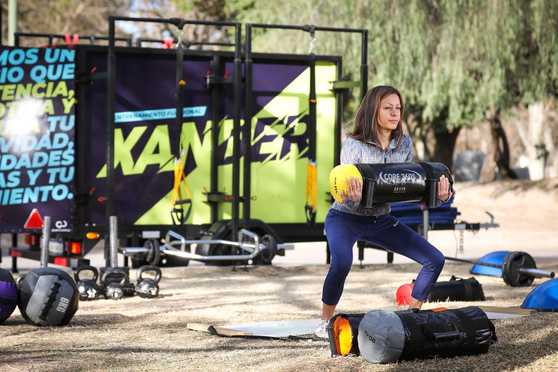 Los gimnasios móviles de MovilFitness permiten llevar distinto tipo de equipamiento a los espacios al aire libre