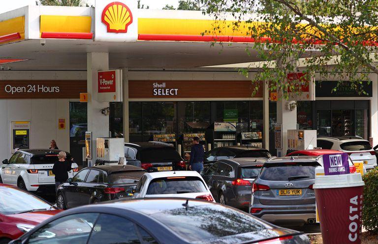 La gente hace fila para cargar combustible por temores de que se agote