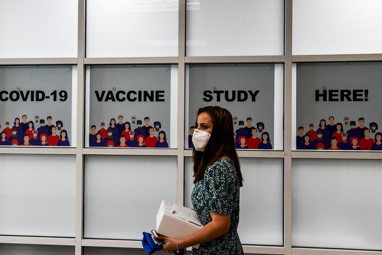 En esta foto de archivo tomada el 13 de agosto de 2020, una mujer camina dentro de los Centros de Investigación de América en Hollywood, Florida, que estaba realizando ensayos de la vacuna contra el coronavirus