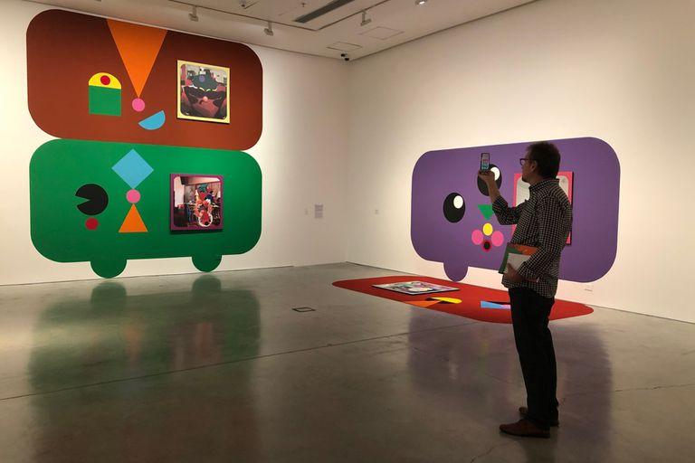 """Las intervenciones con color sobre la pared buscan """"romper con el cubo blanco"""" de la sala de exposición y con las referencias cronológicas de las obras."""