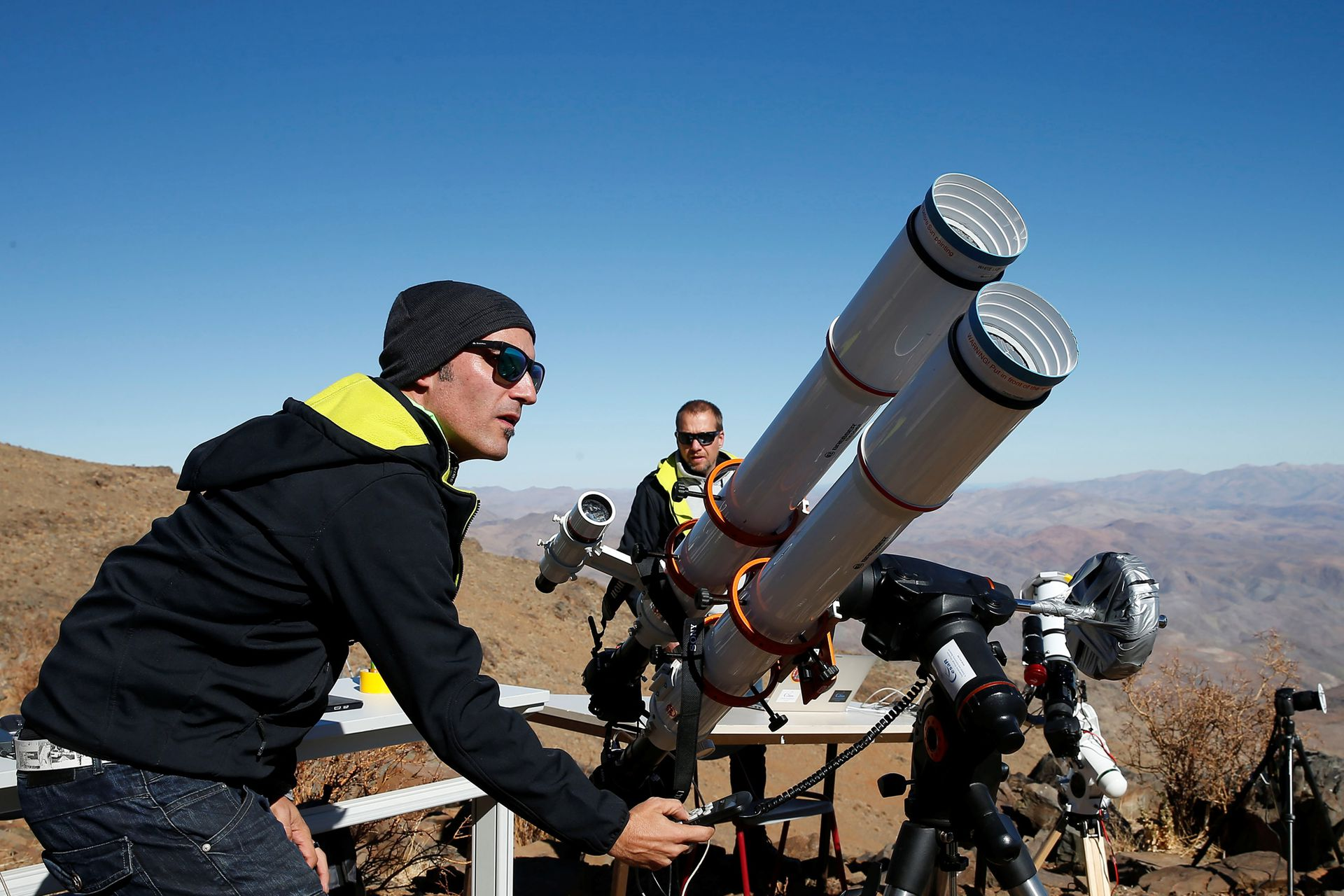 Un grupo de científicos prepara sus equipos para ver el eclipse solar total en La Silla