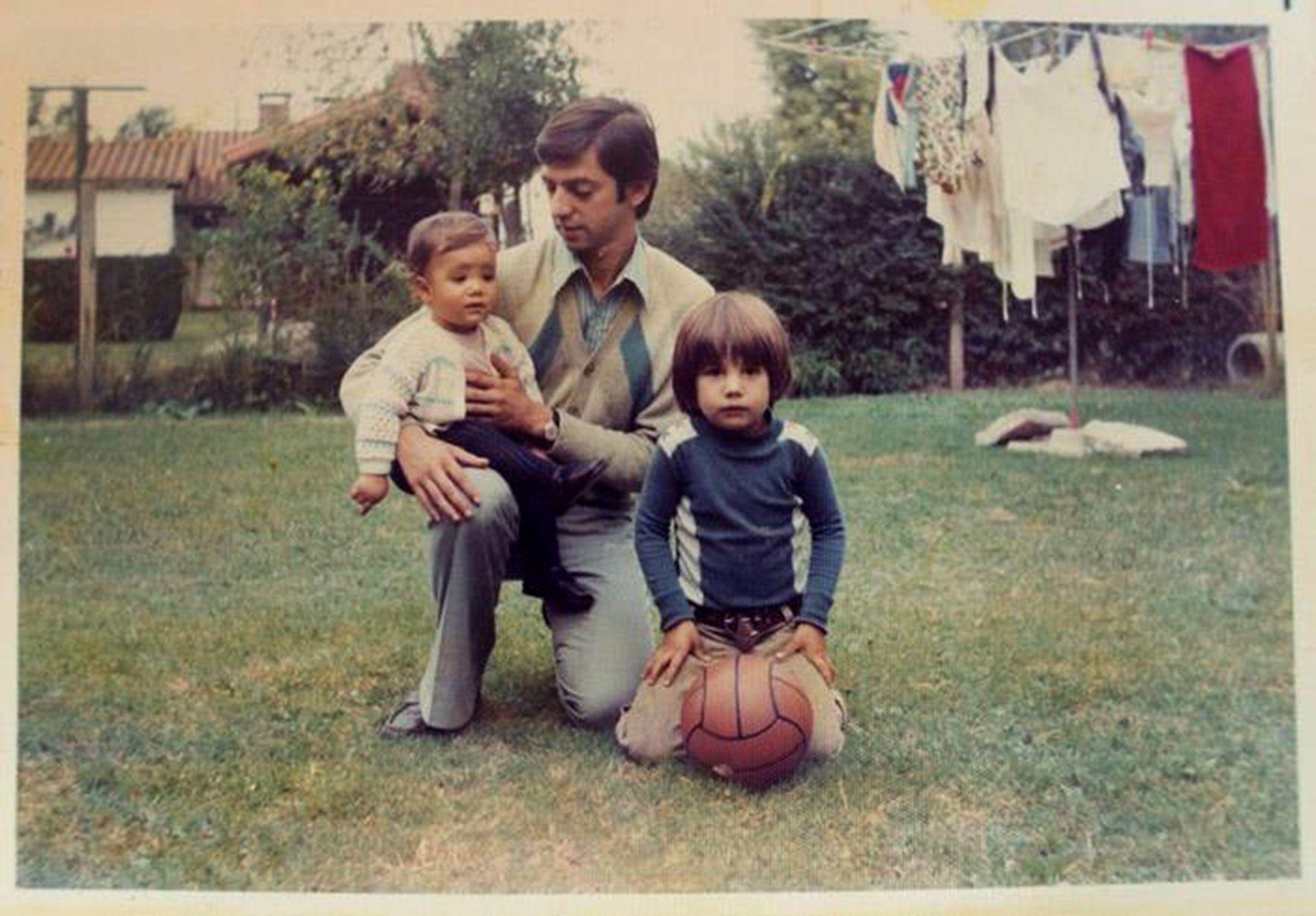 Jorge Moura con sus hijos Federico y Clarisa