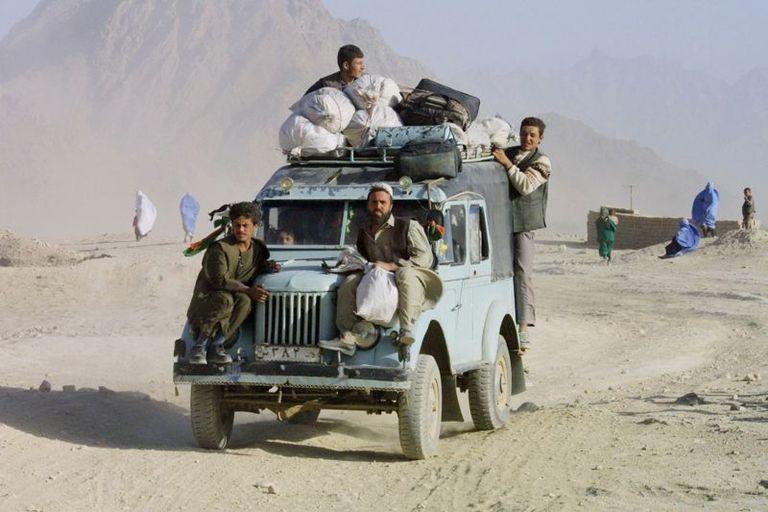 Misma escena, momento diferente, afganos huyen de Kabul en 2001