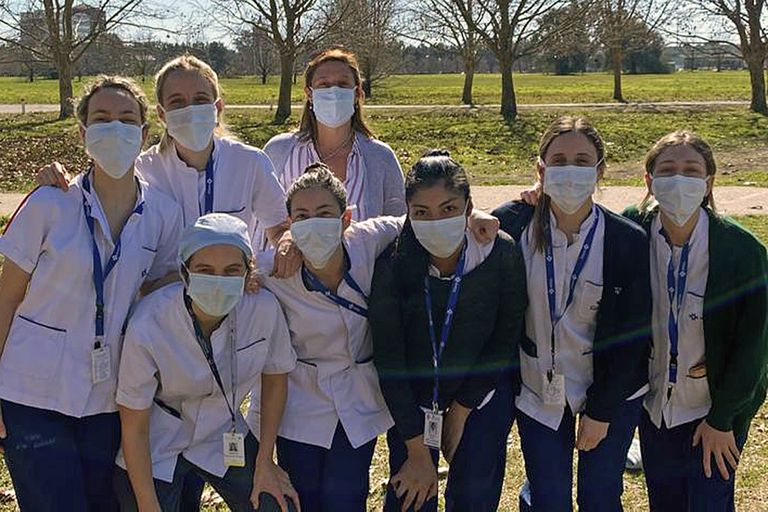 Clara Paladino (derecha), junto a sus compañeras en el Hospital Solidario Covid Austral