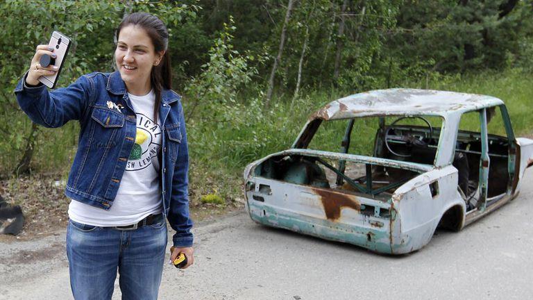 Foto de archivo: una turista posa en la zona de exclusión de Chernóbil en la ciudad abandonada de Pripyat este mes.