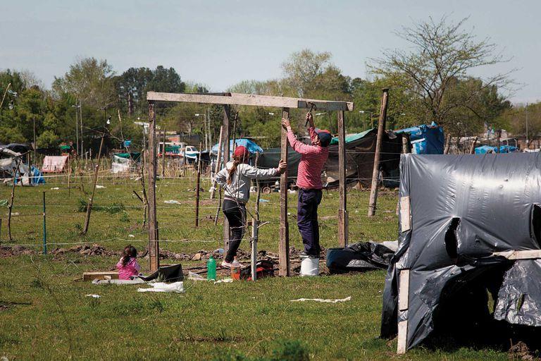 A fines de julio, unas 2.500 familias se asentaron en el predio de 100 hectáreas de Guernica. La nueva ola de ocupaciones vuelve a exponer una crisis habitacional de ya demasiadas décadas en la Argentina