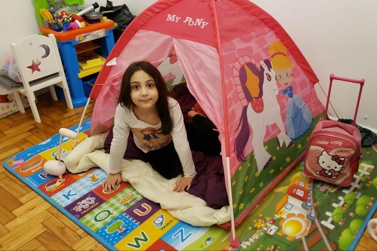 Morena, de 6 años, en un zoompamento en el living de su casa