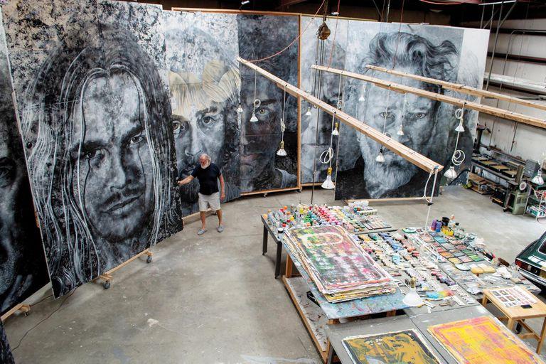 Una vista abierta de su taller, en la que se pueden apreciar las dimensiones de sus últimas obras, que se exhibirán en Washington en 2022.