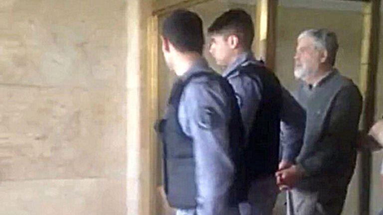De Vido, esposado, al ser detenido ayer en los tribunales