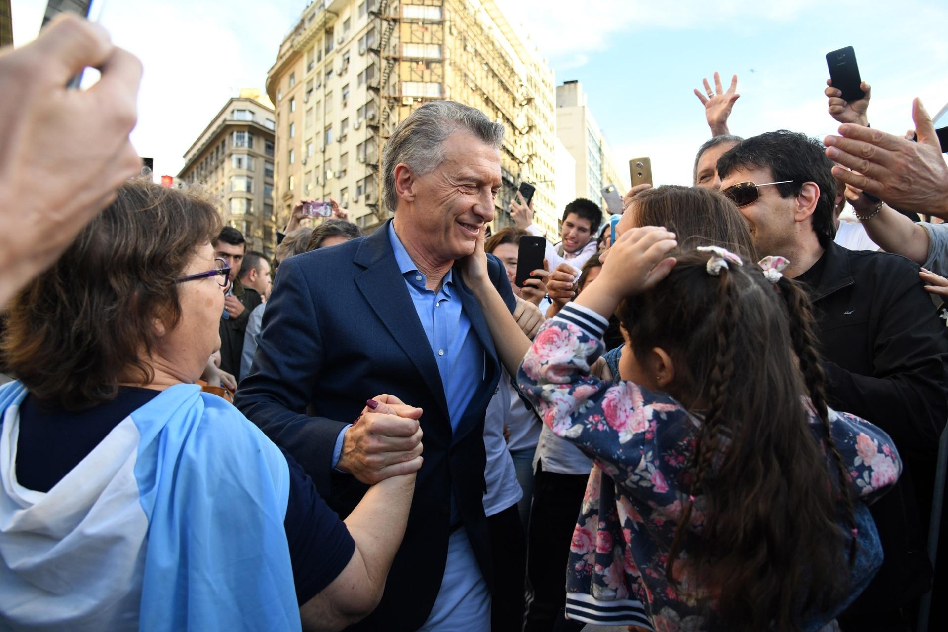 Mauricio Macri es saludado por el público al arribar al acto en el Obelisco