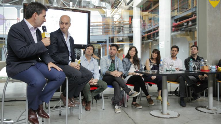 Andrés Freire y Horacio Rodriguez Larreta con emprendedores en la presentación del programa IncuBAte