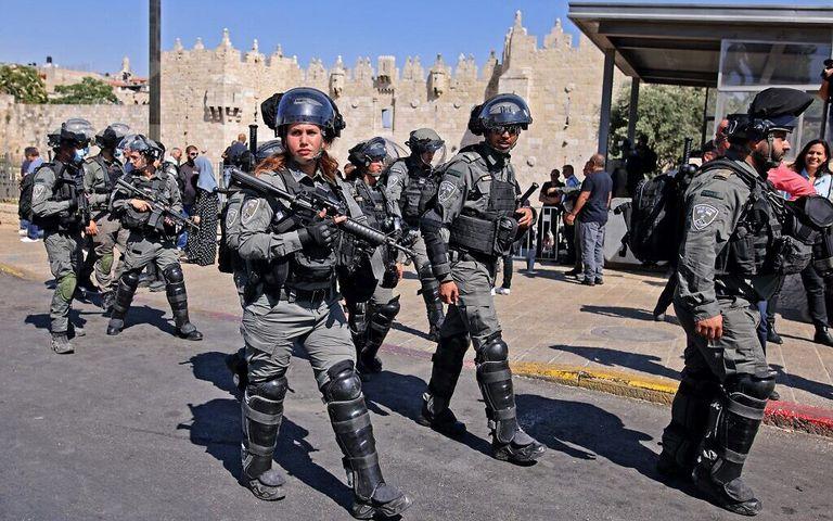 Las fuerzas de seguridad israelíes se despliegan en la Puerta de Damasco a la Ciudad Vieja de Jerusalén el 15 de junio de 2021