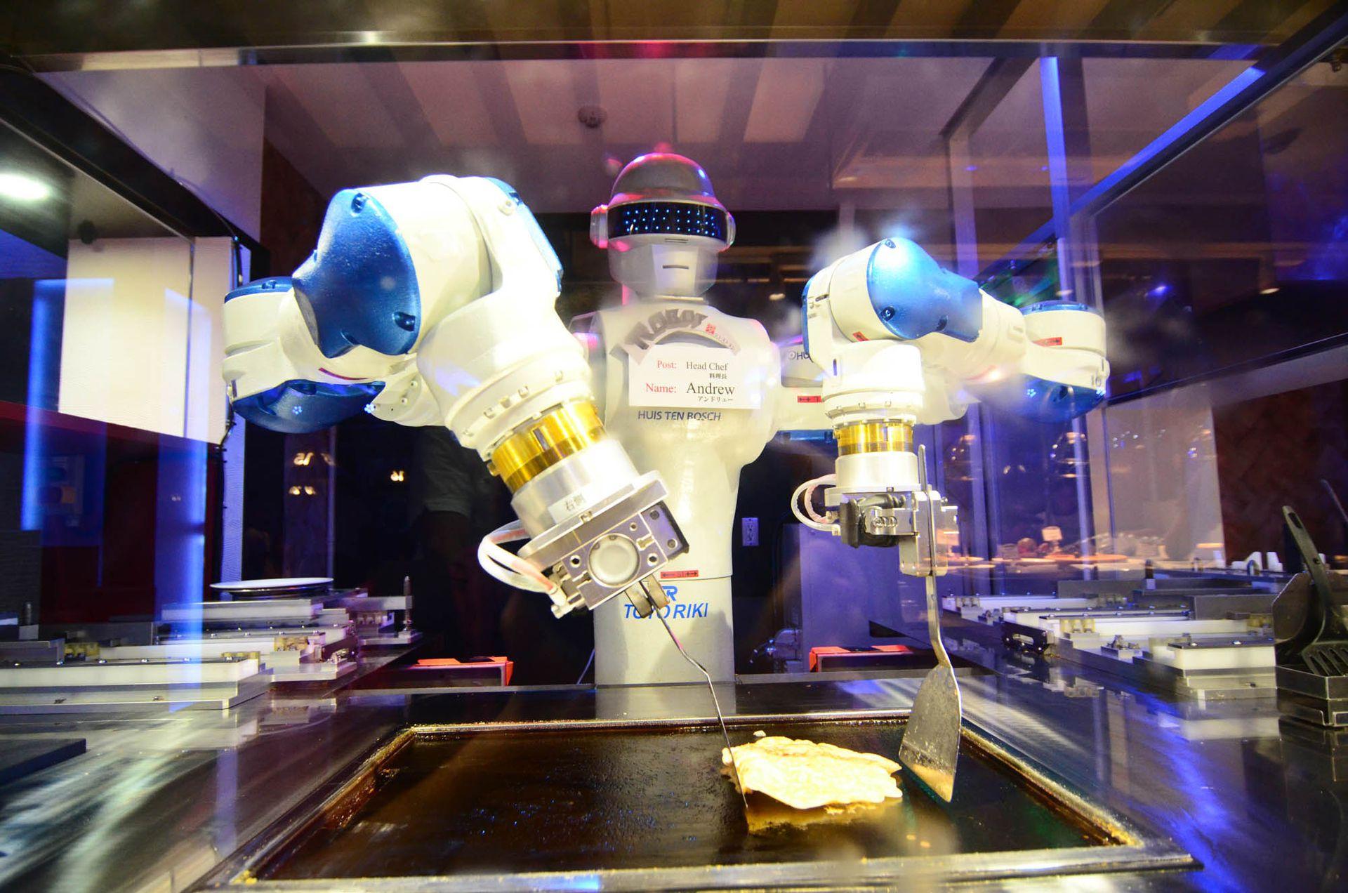 Andrew, el chef robot que prepara panqueques en un restaurante de Nagasaki.