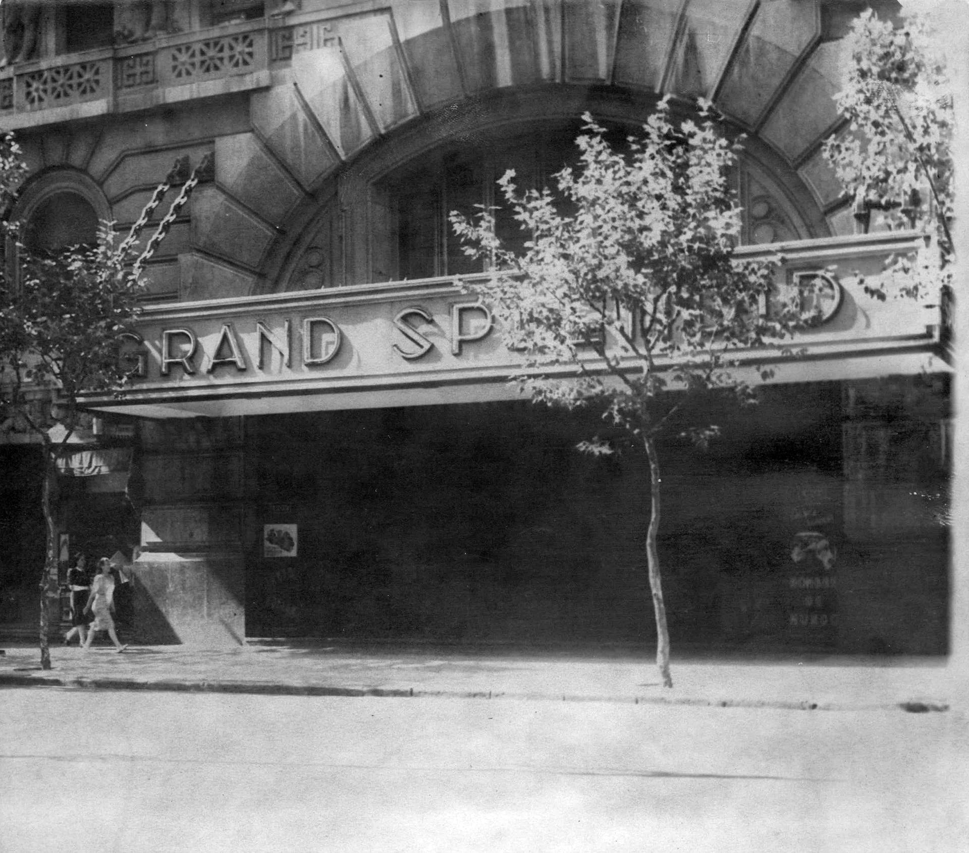 Frente de la emblemática sala en sus últimos años dedicados a los espectáculos de cine y otras actividades, como actos musicales de la Escuela Argentina Modelo.