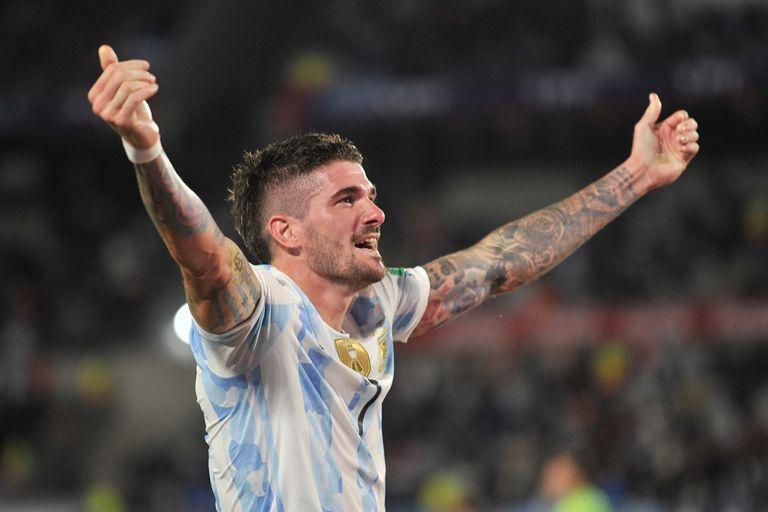 Rodrigo De Paul llegó para quedarse; aquí festeja su gol, el segundo de Argentina en el 3-0 sobre Uruguay
