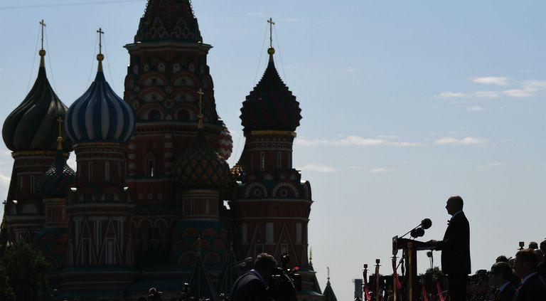 El presidente ruso, Vladimir Putin, dando un discurso en la Plaza Roja, frente al Kremlin