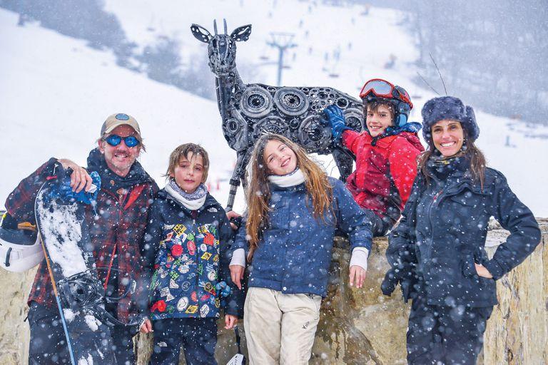 """Amante del deporte y del vértigo, el actor bloqueó la agenda para esquiar con su """"tribu"""" en Chapelco: María, su mujer, India y los mellizos Yaco y Moro"""