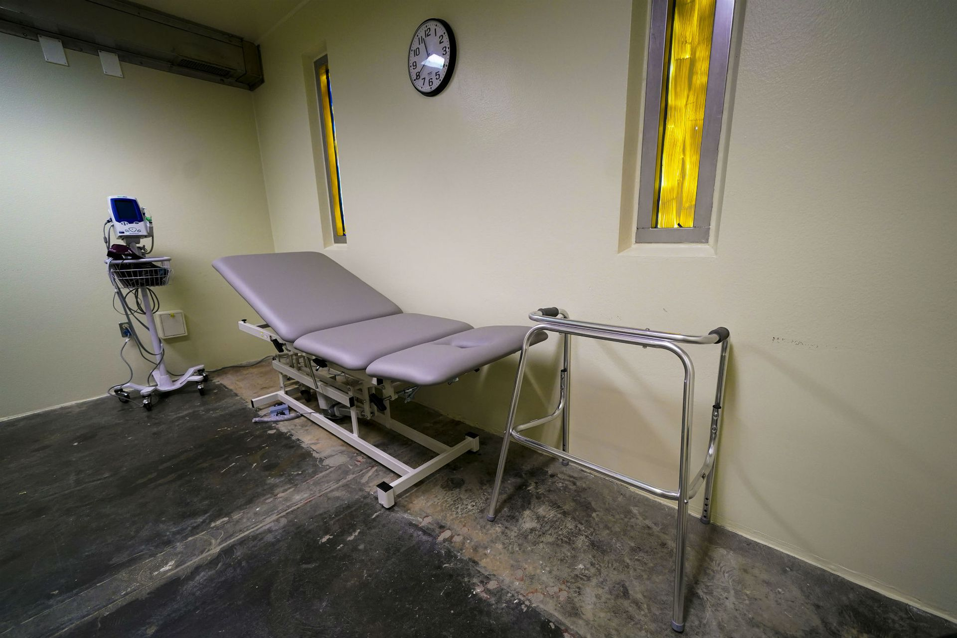 Una mesa de examinación y una andadera en la clínica médica en el Campamento Cinco. A los comandantes les dijeron el año pasado que planearan mantener el centro de detención activo durante otros veinticinco años, hasta 2043