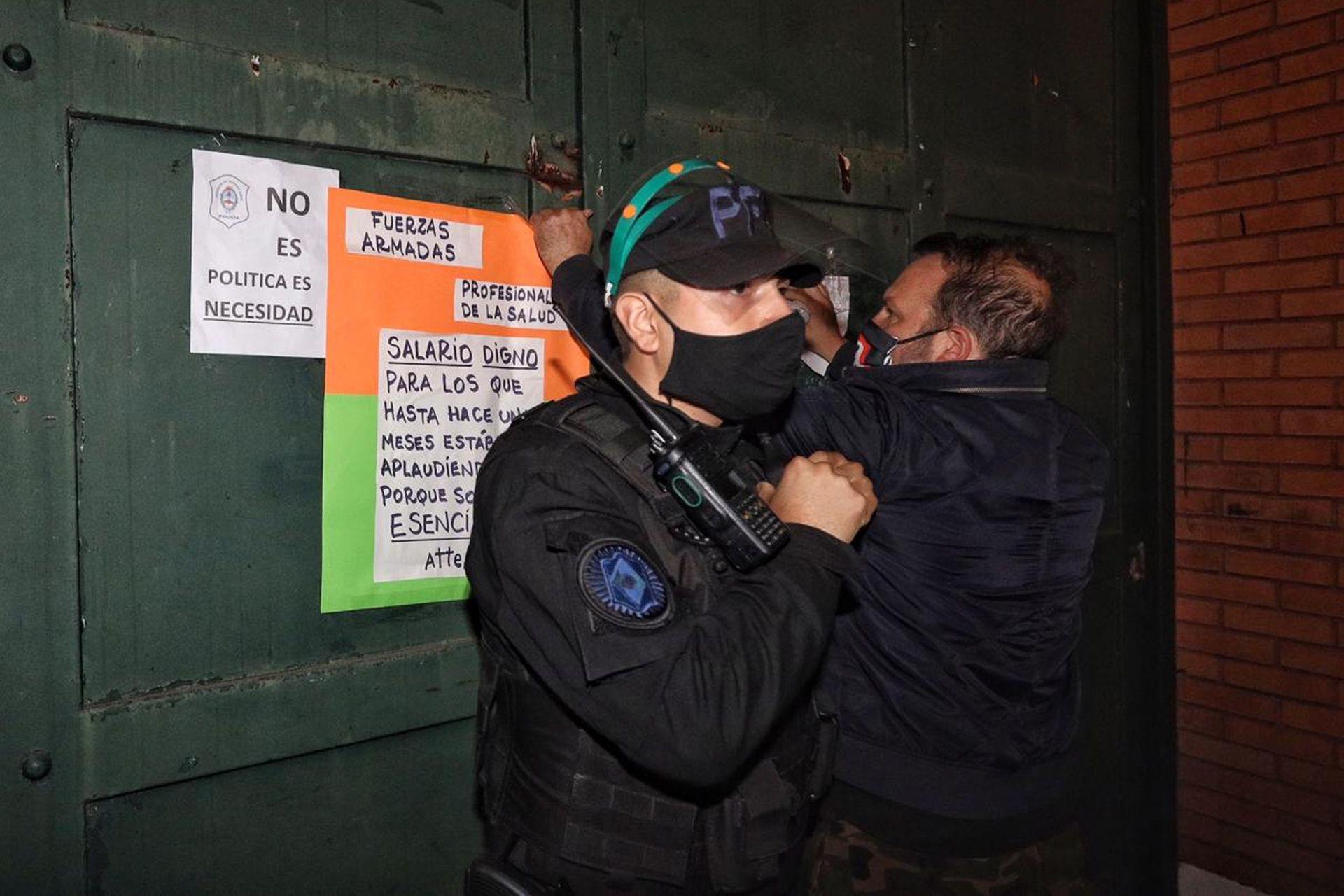 Un grupo de manifestantes se movilizó hasta la Quinta de Olivos en apoyo a Alberto Fernández