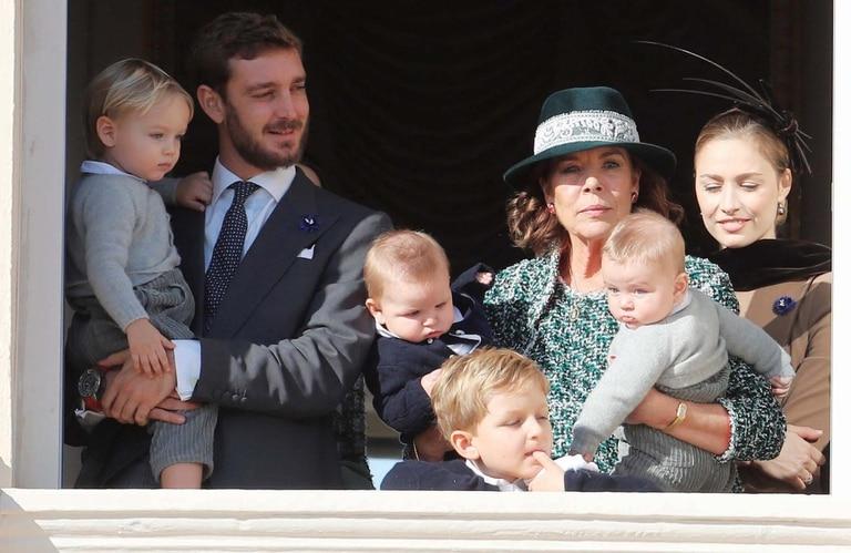 Con motivo del Día de Mónaco, la princesa Carolina se mostró feliz y rodeada de sus nietos, Stéfano (primogénito de su hijo Pierre Casiraghi); Francesco (segundo hijo de Pierre) y Maximilian y Sasha (hijos de Andrea y Tatiana Santo Domingo).