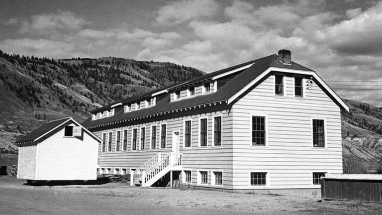 Horror: encuentran los restos de 215 chicos en una vieja escuela canadiense