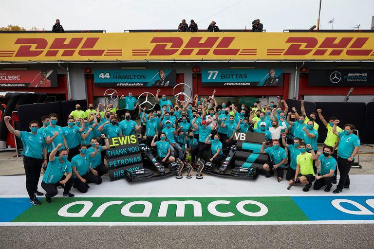 El récord de Mercedes sintetizada en una imagen: Lewis Hamilton, Valtteri Bottas, Toto Wolff, ingenieros, mecánicos... todos unidos en la celebración en Imola, después de la séptima corona consecutiva de Constructores