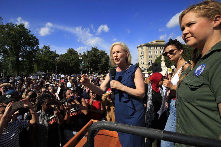 Schumer y Ratajkowski en la manifestación de ayer en Washington