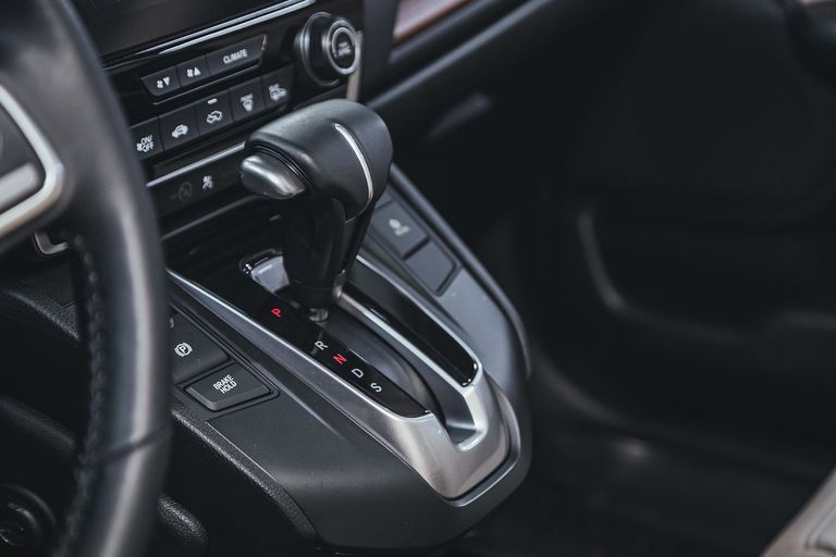 Típica selectora de caja automática con los modos Parking (P), Reversa (R). Neutral (N), Drive (D) y Sport (S), presente en los más deportivos