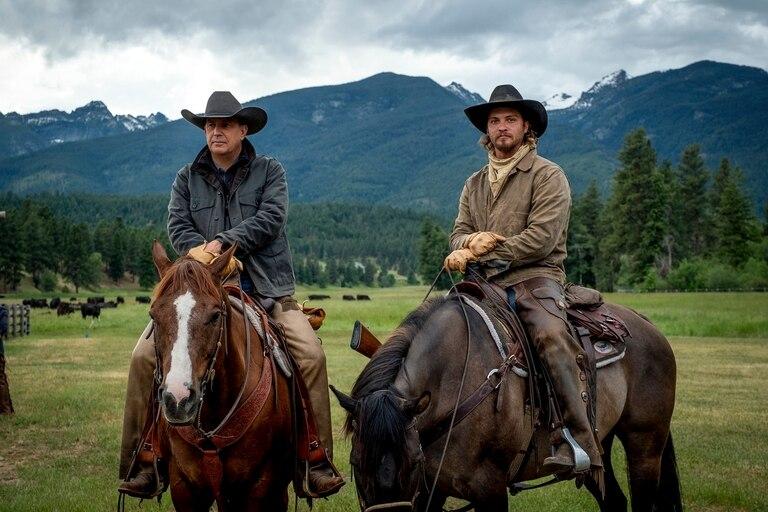 Kevin Costner junto a  Luke Grimes, en una escena de la tercera temporada de Yellowstone (Paramount+)