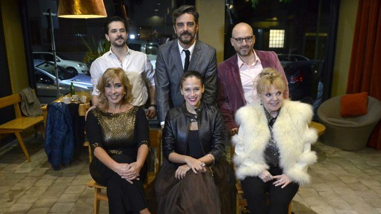 El elenco de la obra junto a Muscari, su director; la obra iba a estrenarse el 15 de junio