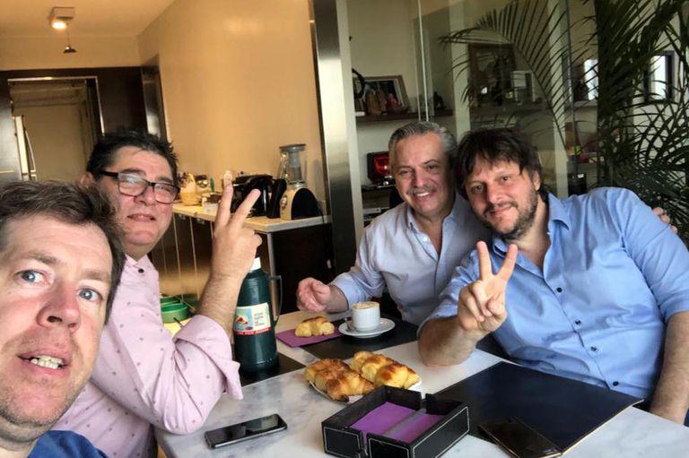Alberto Fernández desayunando en su casa con Leandro Santoro