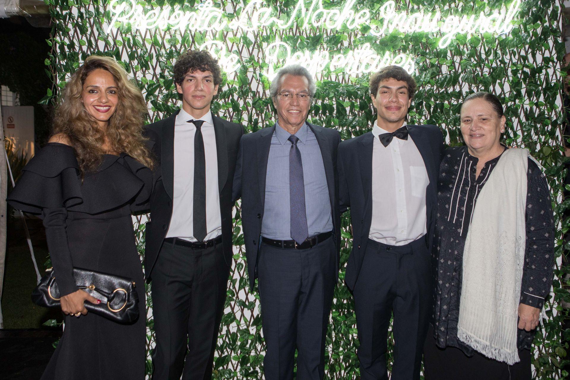 Los Hernández, de gala: Emilia, Isaac y Esteban con sus padres, Héctor y Laura