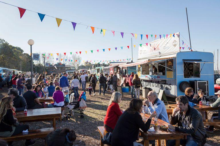 Los food trucks frente al río son la mejor opción para pasar la tarde al aire libre