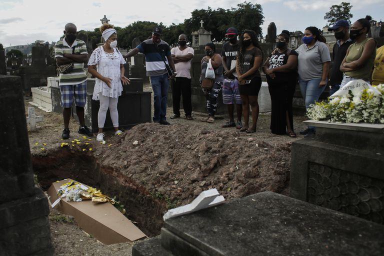 Entierros en un cementerio de Río de Janeiro