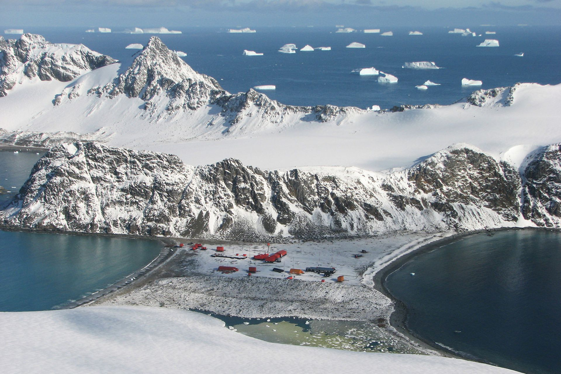 La Base Orcadas está ubicada en la isla Laurie de las islas Orcadas del Sur y es la base más antigua de la Antártida funcionando ininterrumpidamente desde 1904