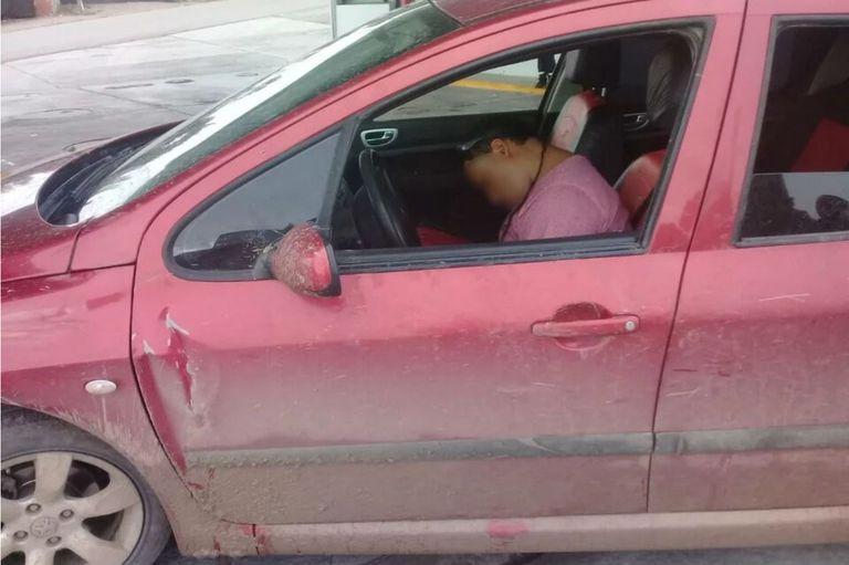 Estaba borracho y dormido dentro de su auto con sus hijos de 6 meses y 2 años