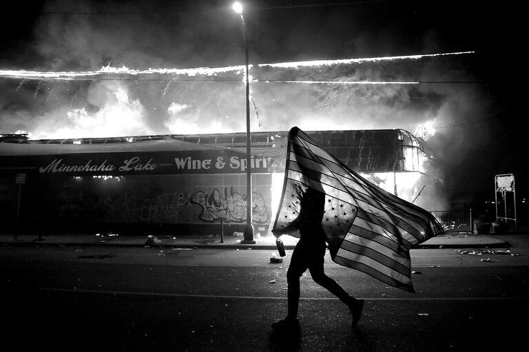 En Mineápolis, las demostraciones pacíficas y los disturbios estallaron 24 horas después del asesinato de Floyd y derivaron en cientos de detenciones