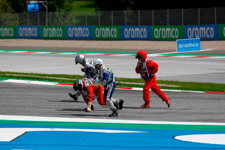 El personal del GP de Estiria recogiendo las piezas de las Ferarri después de una colisión entre Leclerc y Vettel.