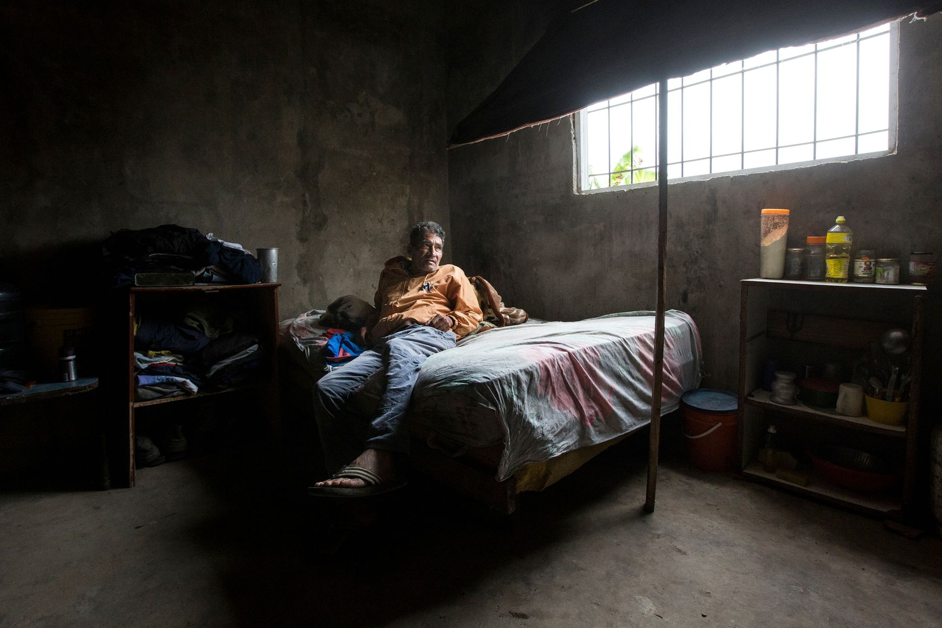 Silvestre González, de 63 años. No puede levantarse de la cama por una enfermedad respiratoria. Su hija hace una semana que no consigue una ambulancia para que lo atiendan