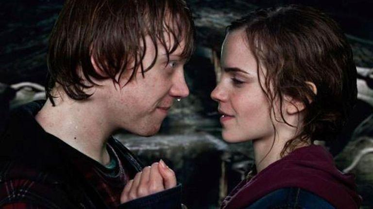El difícil beso entre Rupert y Emma