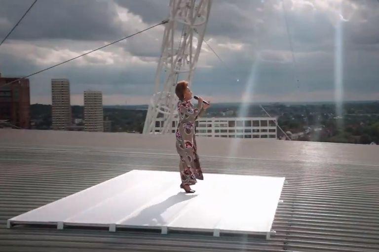 La emotiva interpretación de Emely Sandé desde el techo del estadio de Wembley