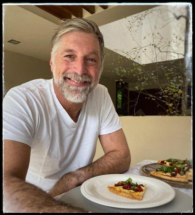 Horacio Cabak se mostró comiendo pizza en el comedor de su casa de Pilar tras ser dado de alta por covid