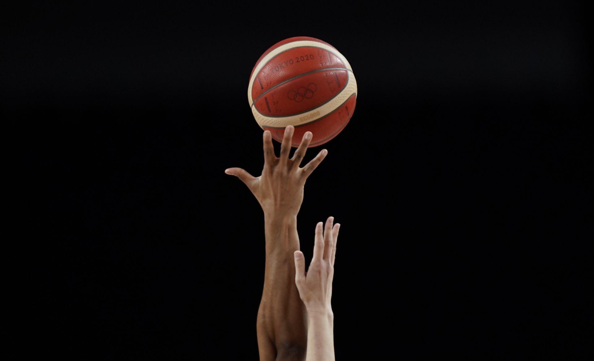 Las manos de Pallas Kunaiyi-Akpanah, de Nigeria, y de Maki Takada, de Japón, de disputan la pelota