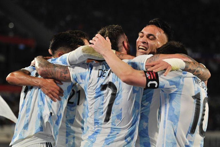 Todos los abrazos; en la imagen, Rodrigo De Paul, Lautaro Martínez y Lionel Messi, los autores de los tres goles de Argentina ante Uruguay