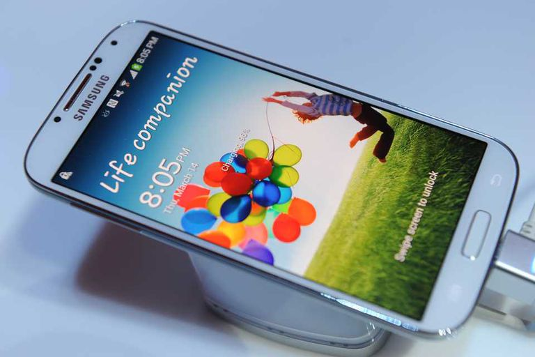 Con una pantalla de 5 pulgadas, el Samsung Galaxy S 4 sigue la misma línea de diseño del anterior modelo