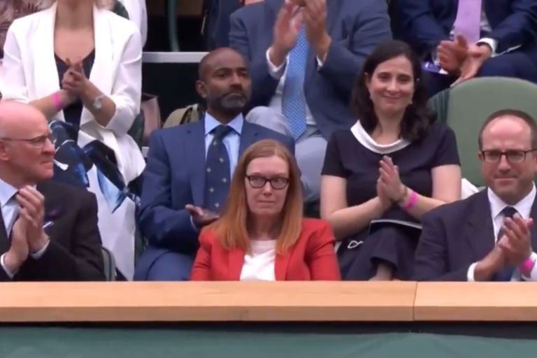 Sarah Gilbert, sorprendida ante la ovación del público en Wimbledon